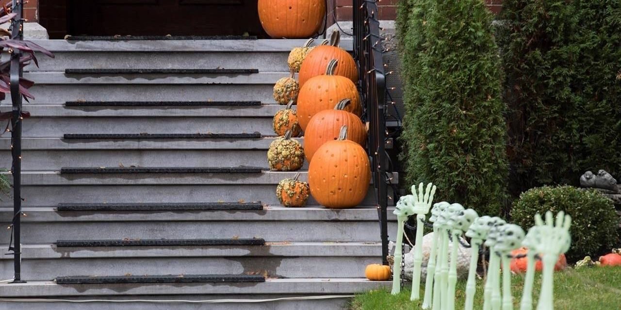 Canadians divided over whether to let pandemic disrupt Halloween, holidays: Poll