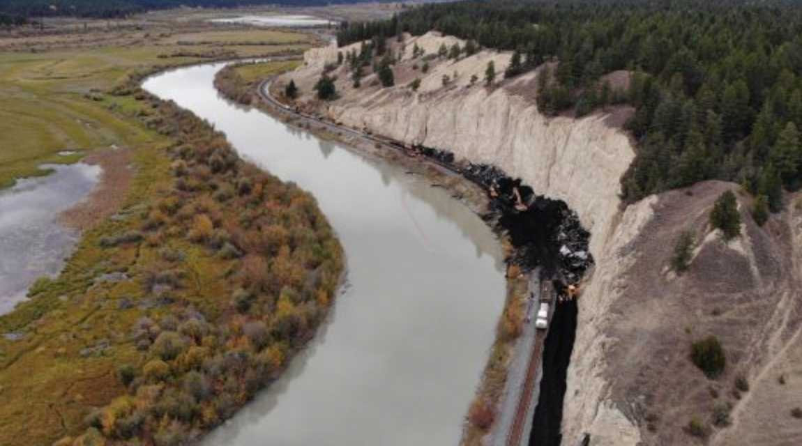 Train derails: coal spilled into the Columbia River