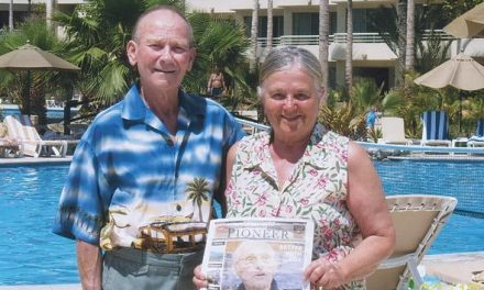 Stefan and Maria Kloos take a well deserved vacation in Los Cabos, Mexico with their favourite community newspaper